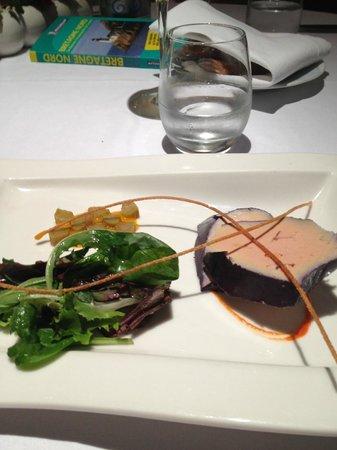 Pen'Roc Hotel : Le foie gras de canard simplement poché au vin d'épices, damier kumquat-rhubarbe, fin gréssini