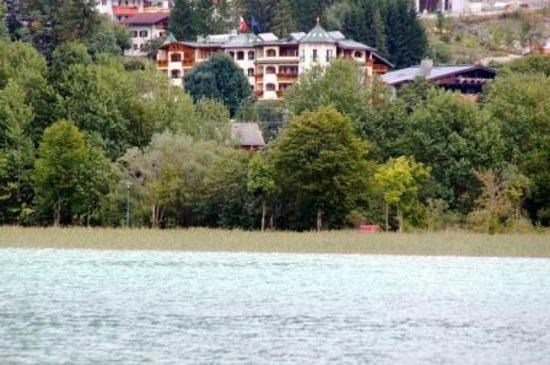 Hotel Vier Jahreszeiten: Blick über den Achensee auf das Hotel