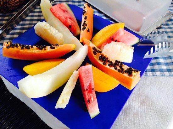 Pousada Encanto de Itapoan: Fresh fruits for breakfast.