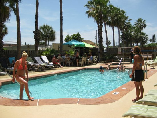 Las Olas Beach Club of Cocoa Beach: A nice day by the pool