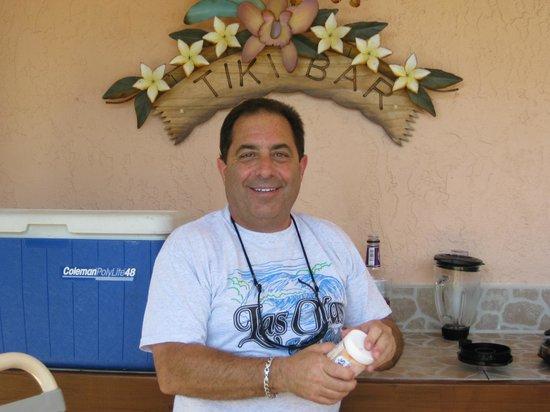 Las Olas Beach Club of Cocoa Beach: Alan making drinks at the pool bar
