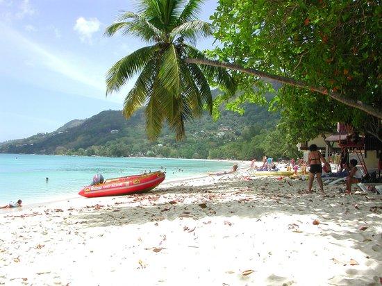Coral Strand Smart Choice Hotel Seychelles: Strand neben dem Hotel
