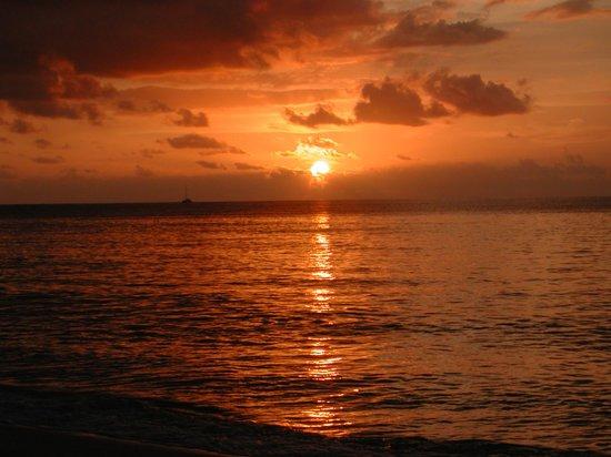 Coral Strand Smart Choice Hotel Seychelles: Sonnenuntergang am Strand