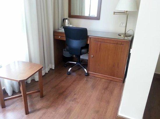 Orient Prince Hotel: Small desk (Double room)