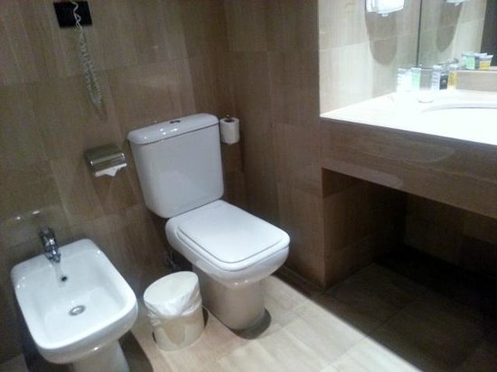 Le Commodore Hotel: Toilet (Double room)