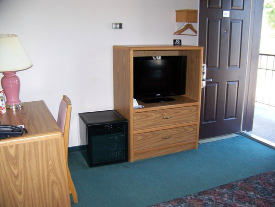 Bancroft Inn & Suites : TV, fridge