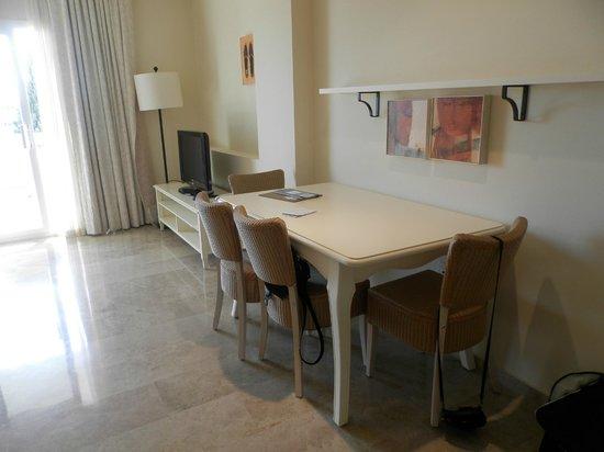 Eurostars Mijas Golf & Spa: Table & Chairs