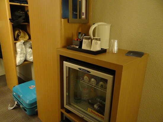Novotel Paris Orly Rungis : The mini bar and safe below that