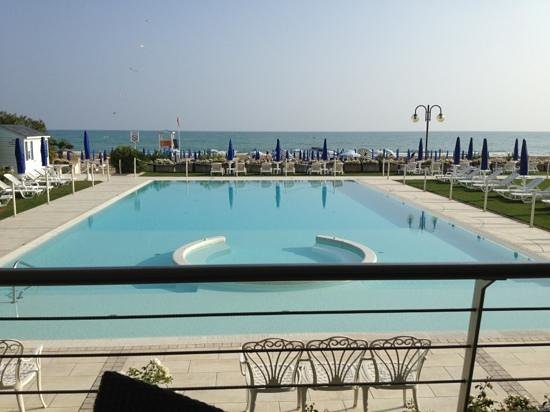 Hotel Le Soleil : lovely view but at 8 euros for a sun lounger this area is very under used