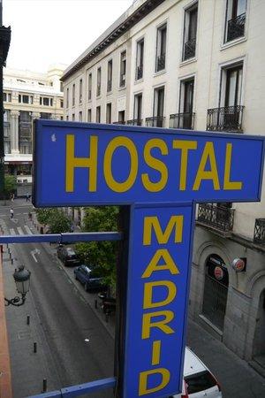 Hostal Madrid: 通り側の看板