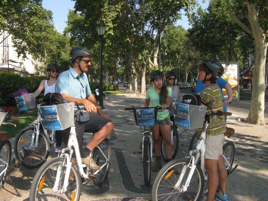 Lisbon Bike Tour : A stop in avenida de Libertade