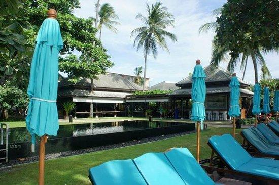 Buri Rasa Village Samui: Pool and loungers on the deck area