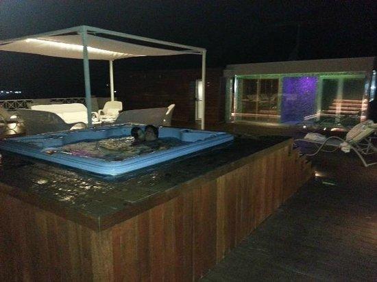 Bagno in vasca idromassaggio con vista sul golfo di napoli   foto ...