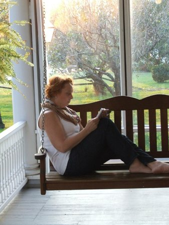 Walnut Lawn B&B: Front porch swing - with wi-fi!