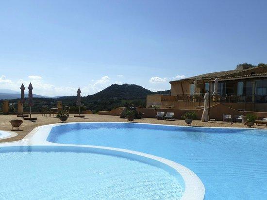 Hotel Parco degli Ulivi : Pool im Hintergrund mit dem Restaurant