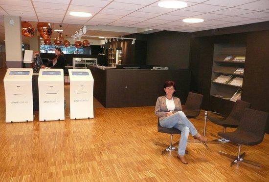 Smarthotel Oslo : Reception area with self check-in machines