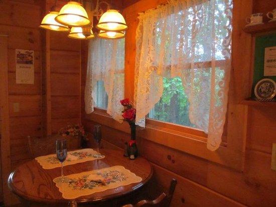 All Seasons Cabin Rentals: Sweet Dreams cabin main level