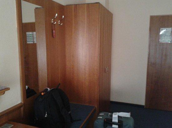 Hotel Gerhard: Cupboard