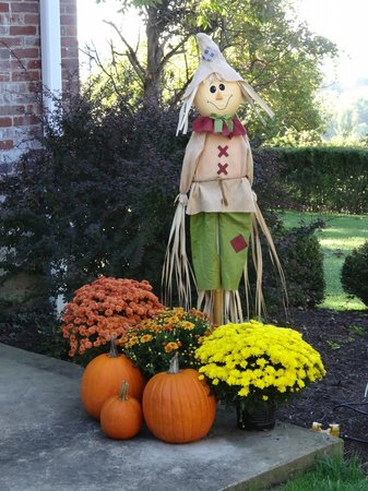 The Lawrencefield Bed and Breakfast Inn: Fall decorations outside the house