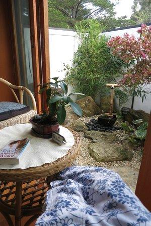 Shizuka Ryokan Japanese Country Spa Retreat: The little garden with the tsukubai