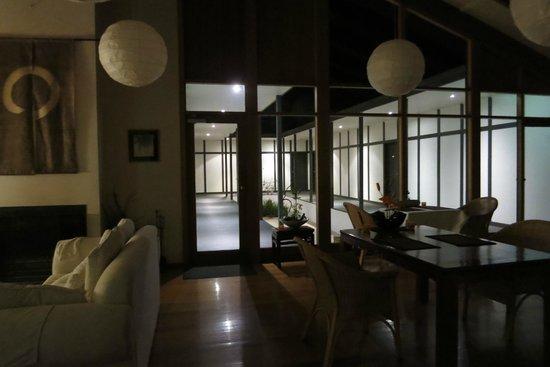 Shizuka Ryokan Japanese Country Spa Retreat: The lounge late at night