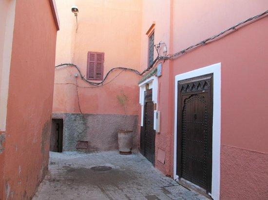 Riad Dar Karma : Alleyway by the hotel