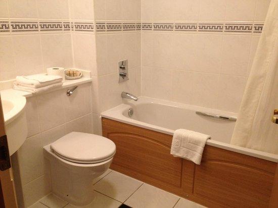 Parkside International Hotel: Bathroom looked fine - but no hot shower