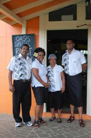 Oasis Cafe : chef Naresh, waitress Lisi, cook Hem, bar Alvin