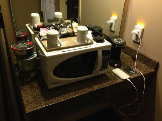 Quality Inn West Edmonton: microwave and coffeemaker