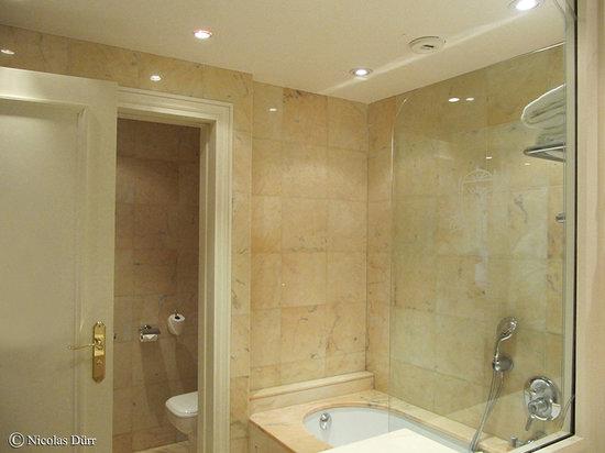 Hôtel Barrière Le Majestic Cannes : Salle de bains de la chambre 717