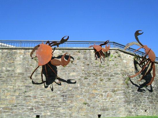 Tour de la Motte Tanguy: scultura davanti alla torre