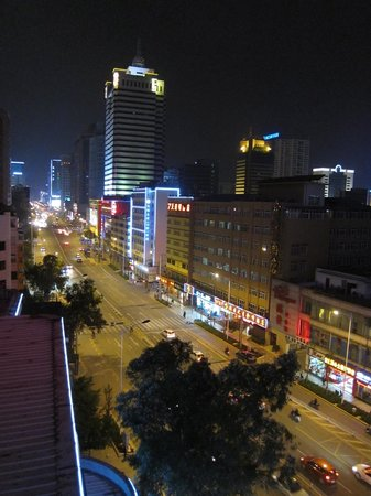 Golden Spring Hotel: Main road of the hotel, Remin Donglu 人民东路, at night