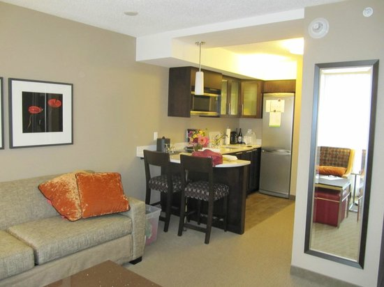 Residence Inn by Marriott Vancouver Downtown: Well equipped kitchen-ette