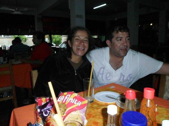Mariscos Carlos: con mi hermanita en marsicos carlos