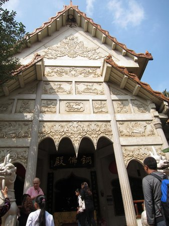 Yuantong Temple : Varying architectural styles within the temple grounds