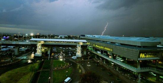 InterContinental Johannesburg OR Tambo Airport : Lightning strikes outside