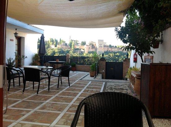 Apartamentos Montesclaros : The terrace outside our cave room.