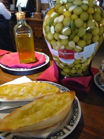 Cortijo de Tajar Restaurante: Tostadas con aceite de oliva de la zona... baratas y deliciosas!