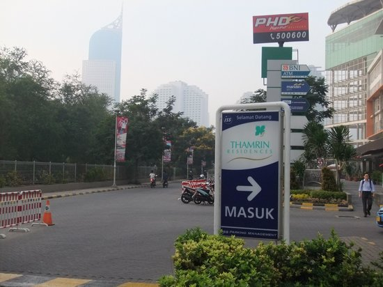 Thamrin Residence Condotel: To the parking by Taxi-1/2. Turn right.
