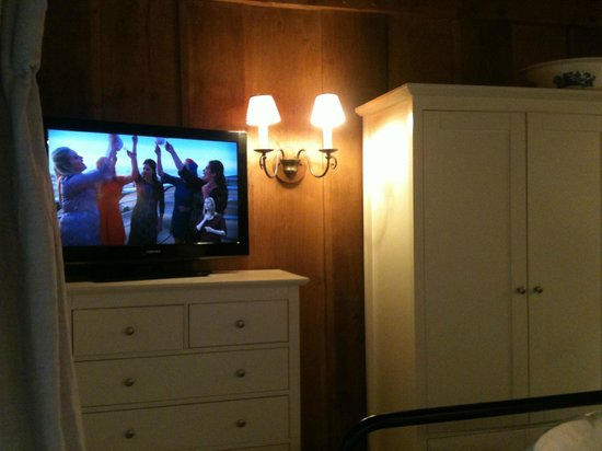 Meadow Cottage: TV and wardrobe