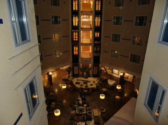 Elite Hotel Marina Plaza: Inside courtyard of hotel with piano bar