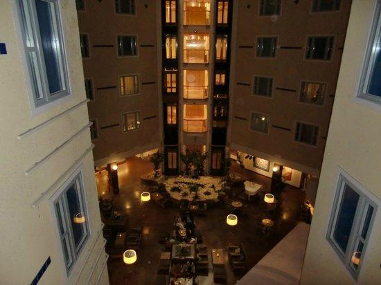 Elite Hotel Marina Plaza : Inside courtyard of hotel with piano bar