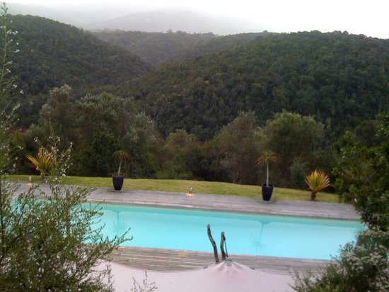 Hog Hollow Country Lodge : Mountain and pool view from lodge terrace
