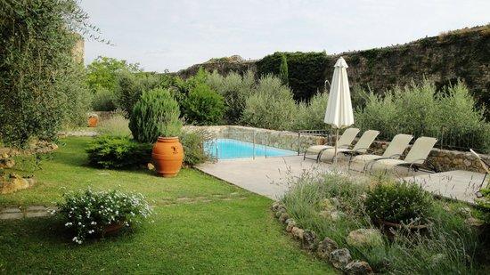 Hotel Monteriggioni: Garten und Pool