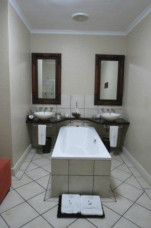 Lavender Manor Guest Lodge: Spacious bathroom