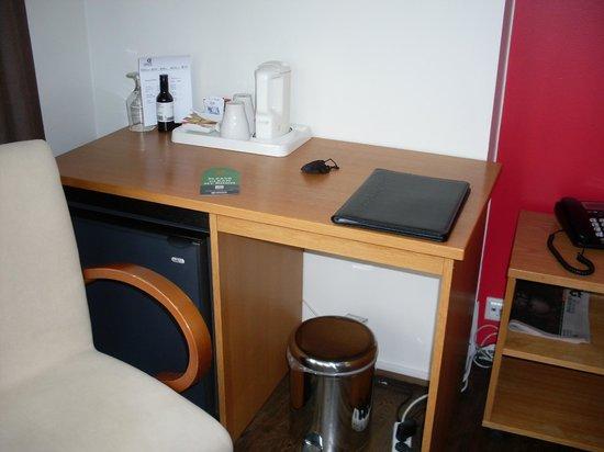CenterHotel Klopp: Writing desk and drink facility with fridge underneath containing mini bar