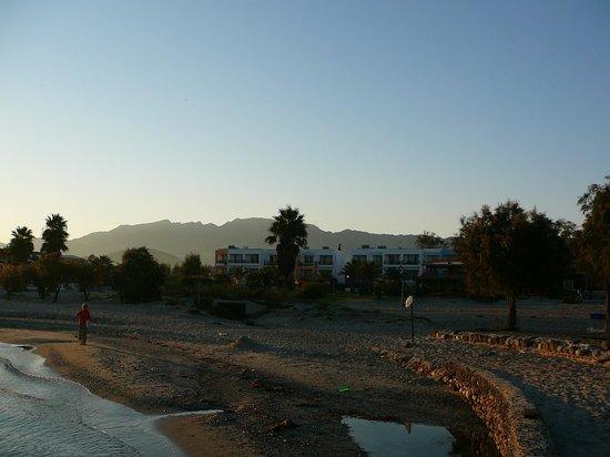 Stella Maris: вид утром на наш отель с пляжа