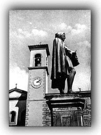 O Per Bacco: Piazza adiacente il ristorante con monumento dedicato a Giotto