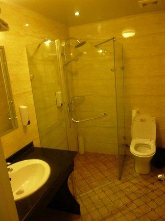Shanghai Fish Inn Bund: Very nice bathroom
