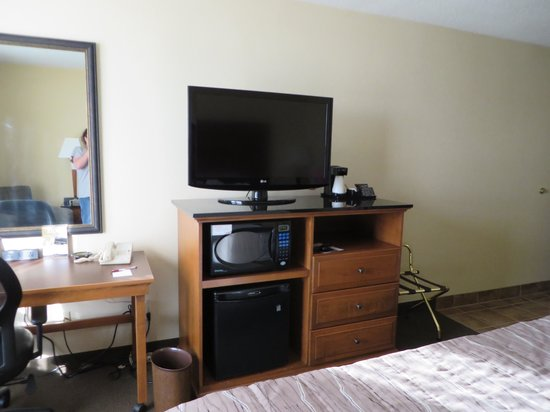 Drury Inn & Suites Springfield: lighter colored furniture